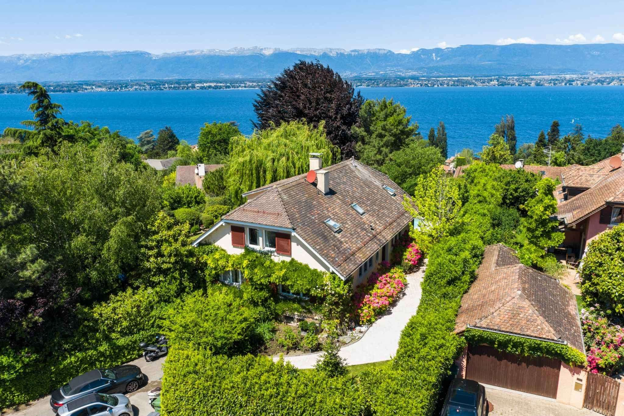 Magnificent detached villa with lake view