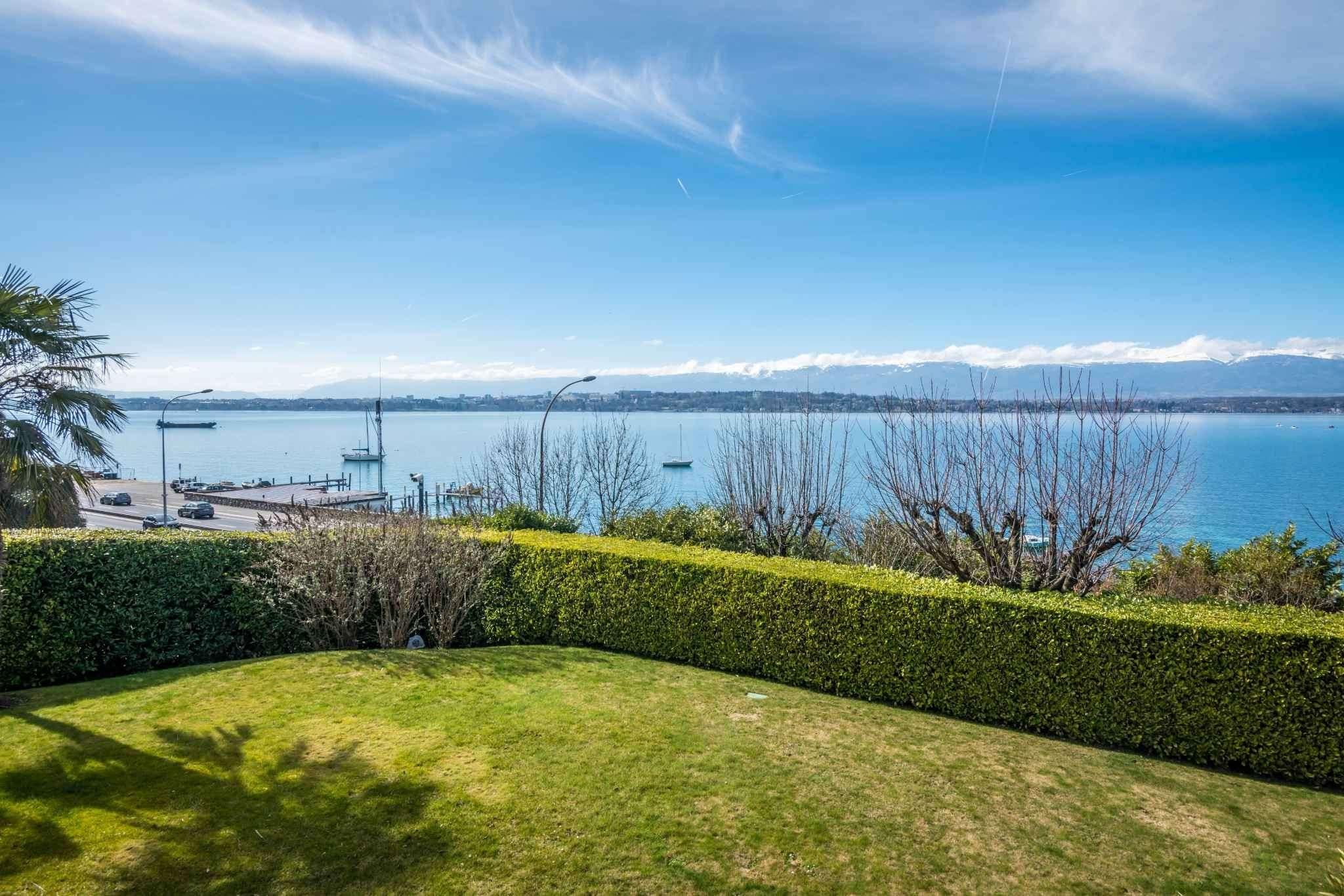 Splendid architect-designed villa on the lakeshore